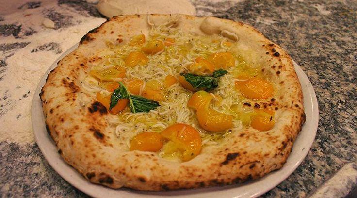 La pizza della settimana? Quella di Francesco Gallifuoco. Pomodorini gialli e cicinielli.  http://www.ditestaedigola.com/la-pizza-del-sabato-la-pomodori-gialli-e-cicinielli-di-francesco-gallifuoco/