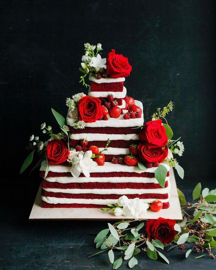 Ну что? Начнём прошлонедельный тортиковый показ со странного😅 Странного не потому, что торт квадратный, и даже не потому, что голый, и тем более не потому, что красный... А потому, что мы умудрились сделать торт с перевесом в 3 кг😂 В 3 кг, Карл!!!😱 Давно с нами такого провала не случалось😂 Но те, кто знают как это делается, поймут, что квадратные торты считать сложно, тем более голые, которые не типичны для нас. Я точно знаю сколько уходит крема на покрытие торта финальным весом в 7 кг…