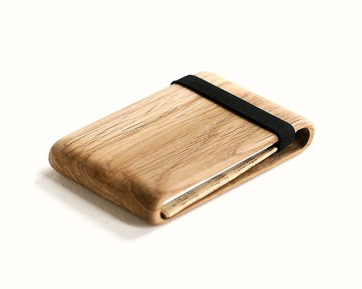 The Oak Wood Wallet is the excellent choice if you are looking for a minimalist wallet with a design that is off the beaten track.