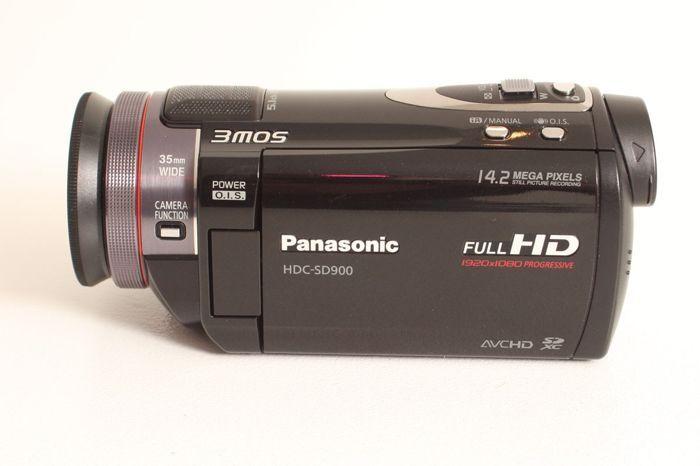 Panasonic HDC-SD900 3CMOS-camera  Full HD videocamera met opslag op SdHC kaarten en een Leica Dicomar objectief. Hoge kwaliteit video-opnames en 14 MP en 3 CMOS video-opnames voor perfecte kleurscheiding en gestoken scherp beeld. Dolby 5.1 geluidskwaliteit met ingebouwde microfoon en de mogelijkheid om een externe microfoon aan te sluiten. De camera werkt perfect op de automaatstand maar heeft ook veel handmatig instelbare mogelijkheden. Naast het uitklapbare scherm is ook een electronische…