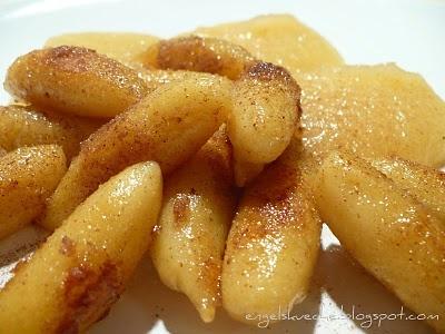 Schupfnudeln mit Zimt und Zucker und Apfelmus