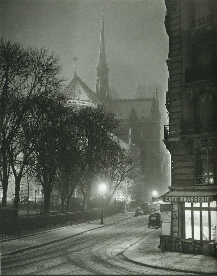 La rue du Cloître-Notre-Dame, en 1953, sous une fine couche de neige. Une photo de © Albert Monnier  (Paris 4ème)