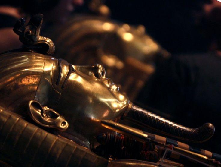 """В гробнице Тутанхамона обнаружены две тайные комнаты bbcrussian.com четверг, 17 марта 2016 г. 14:17 Министр по делам античности Египта Мамдох Элдамати сообщил, что с помощью радиолокационного сканирования удалось установить, что в гробнице Тутанхамона имеются как минимум две скрытые комнаты, в которых находятся металлические предметы и предметы """"органического происхождения""""."""