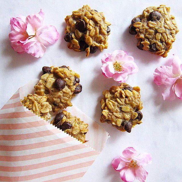 Sadece 4 malzemeyle yapabileceğiniz muzlu yulaflı kolay kurabiyelerimi belki denememişsinizdir diye hatırlatayım dedim☺️ Malzemeler: ⭕️1 büyük çok olgun muz (çatalla ezilmiş) ⭕️Yarım su bardağı yulaf (ben glutensiz kullanıyorum) ⭕️1 yemek kaşığı hindistan cevizi yağı ⭕️2 yemek kaşığı minik kesilmiş bitter çikolata (en az %70), bitter damla çikolata veya kuş üzümü (üzümlü versiyonuna tarçın da). Tüm malzemeleri karıştırıp karışımı kaşık yardımıyla yağlı kağıt serilmiş fırın tepsisine diz...