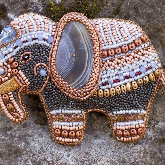 Агатовоухий слонопотам. Брошь для верхней одежды, нетяжелая, но крупная…
