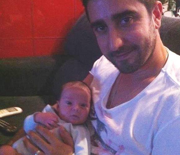 Álex Ubago nos muestra la primera imagen de su hijo, Pablo #cantantes #famosos #bebés #musica