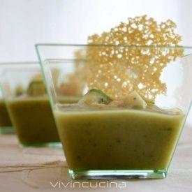 Crema di zucchine con cialde di parmigiano. Condivisa da: http://blog.giallozafferano.it/vivincucina