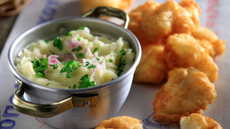 Σκορδαλιά με πατάτες από τον Άκη Πετρετζίκη. Η αυθεντική συνταγή για σκορδαλιά, εύκολα και γρήγορα. Συνοδέψτε τον μπακαλιάρο σας ή κάποιο άλλο ψάρι.