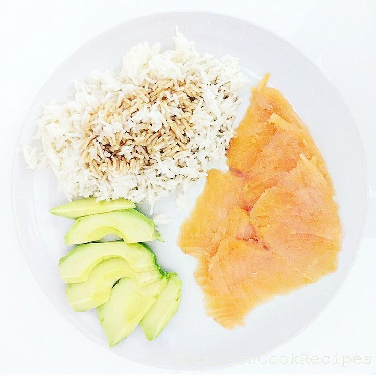 Easy & Healthy fast ready #dinner or #lunch -what everybody want! Slices of smoked #salmon with #avocado, soy sauce on top of the basmati rice ( uncle bens ready in 3 minutes). My favorite is the #Kikkoman #soysauce.  You can eat #healthy without standing in the kitchen on whole day!  #healthyeating #easymeals #fastfood #afterworkout #fitfood #dietfood #smokedsalmon #eatclean #workoutsandrecipes #fishfood #nutrition #nourish #buzzfeast #nourishing #healthyfoodshare #healthylifestyle #nouri
