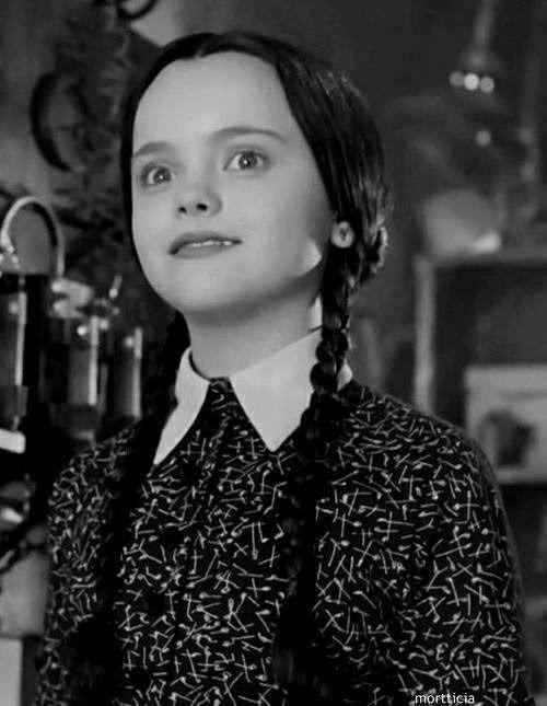 Cuando encuentras a alguien parecido a ti: | 15 Pruebas de que Merlina Addams y tú son la misma persona.