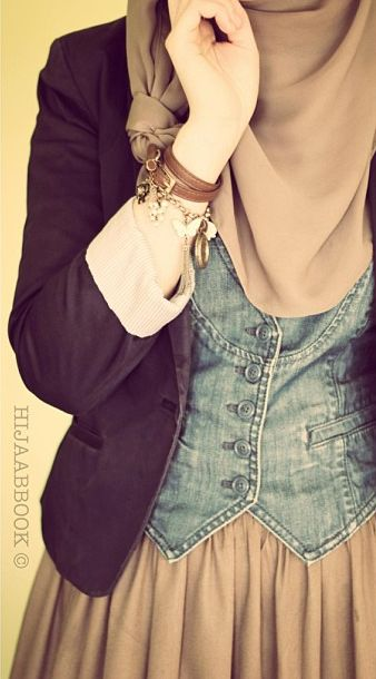 Great idea on how to wear a vest w #hijab! So cute.... gelangnya jg lucu,,hihii