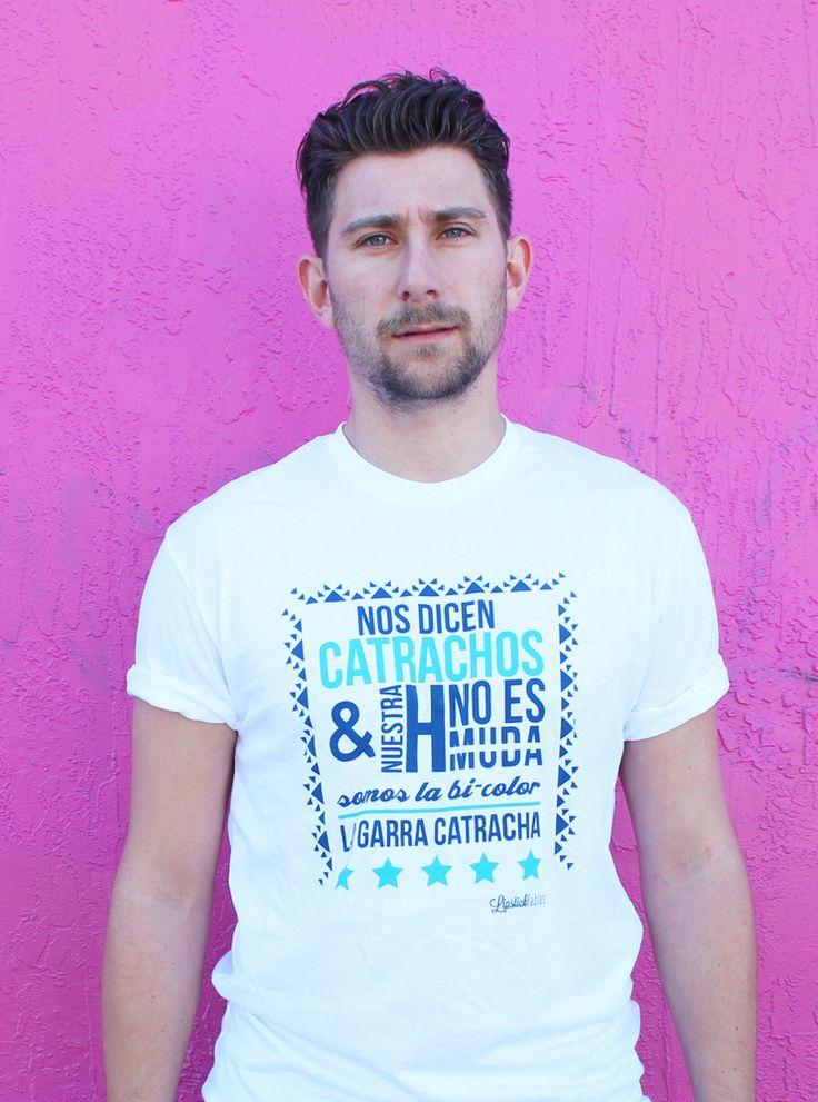 Inspirada en crear algo innovador para apoyar a nuestra querida H, uno de los apodos que tiene la selección nacional de fútbol Hondureño, Ana diseño esta camisa que habla del espíritu de la selección Catracha y sus diferentes sobrenombres. Esta camisa es perfecta para aquellos que quieren apoyar a la selección con un toque moderno y fresco. <i>*100�0Algodón</i><i>*Modelo viste talla M </i><i>*Corte tallado</i><i>*Lavar con ...