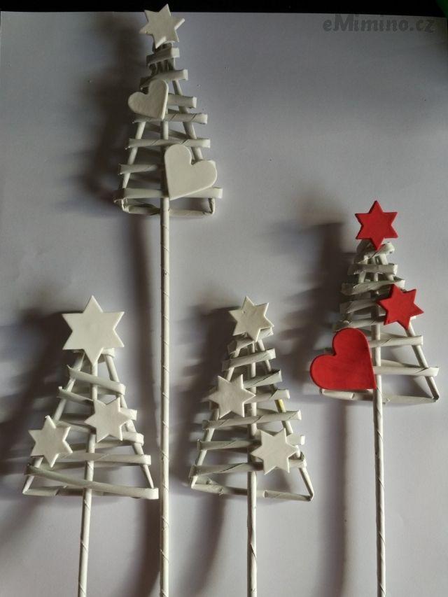 Stromečky pletené z papírových ruliček zdobené ozdobami ze samotvrdnoucí hmoty. Stromečky jsou vhodné k zapíchnutí. Cena 4 ks stromečků, viz foto.