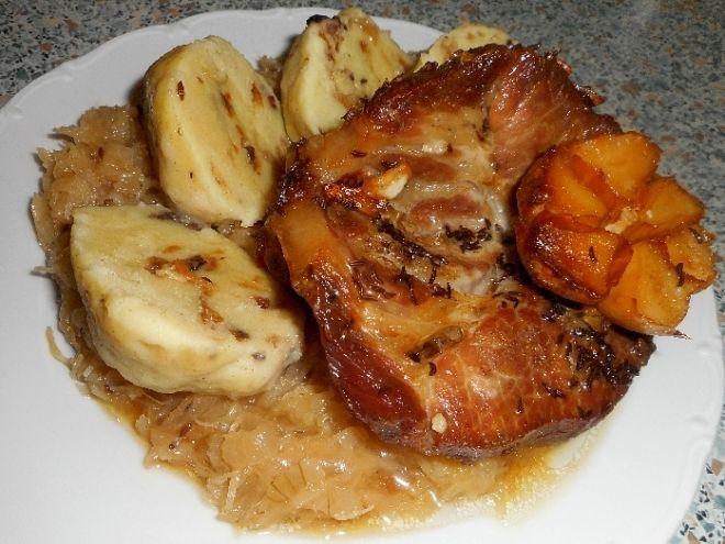 Vepřová pečeně, kysané zelí a bramborový houbový knedlík