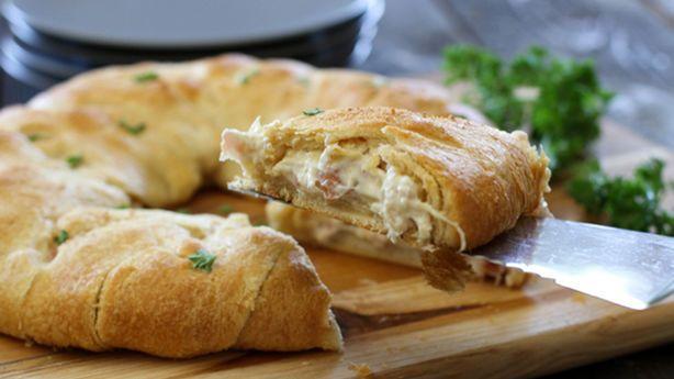 Πεντανόστιμο, αφράτο κοτόπουλο cordon bleu σε αφράτηζύμη κρουασάν. Μια συνταγή από το 'pillsbury.com' για το απόλυτο ορεκτικό, εύκολο και γρήγορο στη παρα
