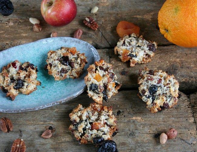 Marokánky, krok 3: Do těsta vmíchejte nasekané ovoce, ořechy a kokos.