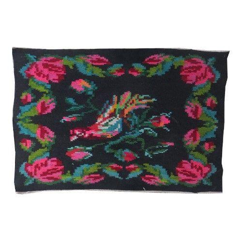 VINTAGE KILIM TAPIJT met een floral patroon //N58   Moldavische kilim tapijten, ten onrechte genoemd Bessarabische kilims tapijten, staan bekend om hun levendige bloem patronen. Elk dorp heeft zijn eigen patronen maar stijlen kunnen ruwweg worden gescheiden in noordelijke en zuidelijke. Het verschil zit in het patroon van de achtergrond van de deken. De Zuid-stijl kilim tapijten hebben meestal een zwarte achtergrond zonder enige patroon, soms ivory, terwijl de Noord stijl kilim tapi...