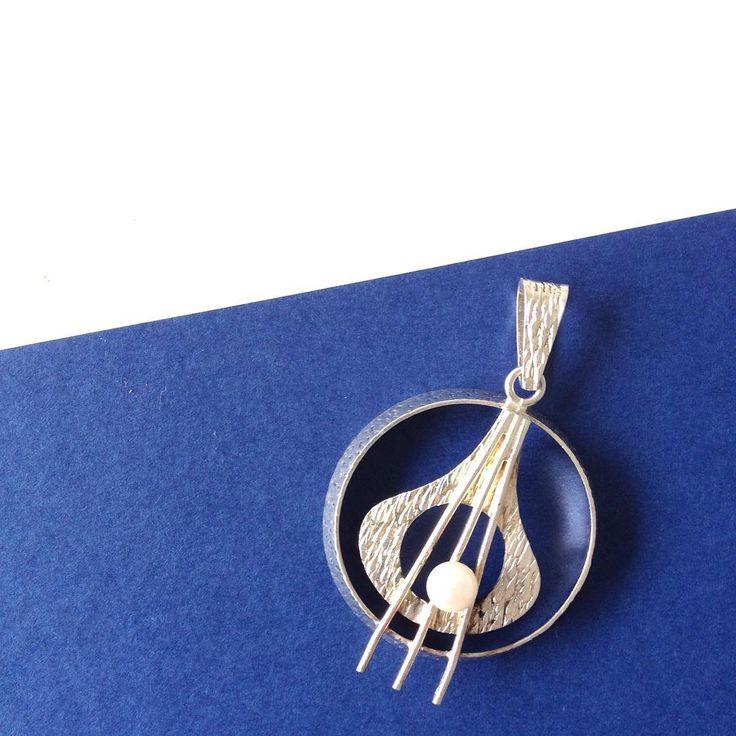 Modernist silver pendent with pearl from 1970 by Turku based Finnish designer Kinni Edvard Rainer. #midcenturymodern #finnishdesign #finnishjewelry #scandinavianjewelry #vintage #finland #art #design #fashionaccessories