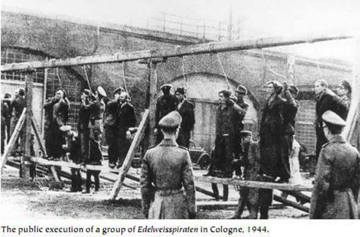 Execução pública dos líderes do grupo Edelweiss Piraten em Colônia, 1944. Foto: Rue des Archives. ID: RDA00020036/00023941