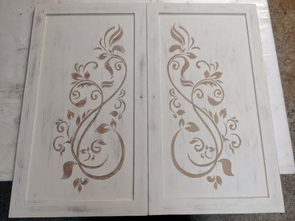 Un mueble en tonos blancos con una bonita decoración artesanal