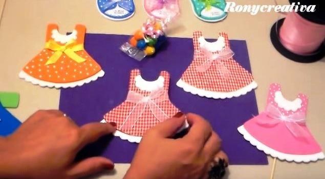 Estos vestidos hechos con goma eva pueden servirnos como originales invitaciones para nuestros eventos infantiles. ¿Qué os parece?