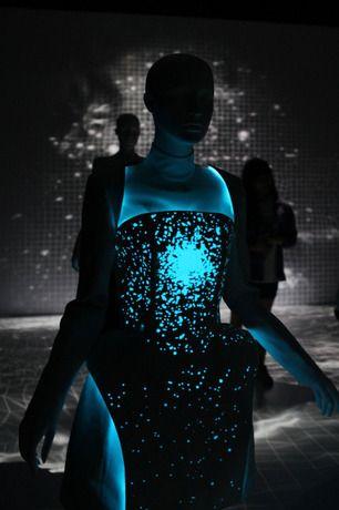 """La diseñadora Vega Zaishi de Pekín, nombra su colección """"Lancer Alpha Lyrae"""" como una de las estrellas más brillantes del sistema solar y confecciona sus piezas con un tejido electro-luminiscente (EL)"""