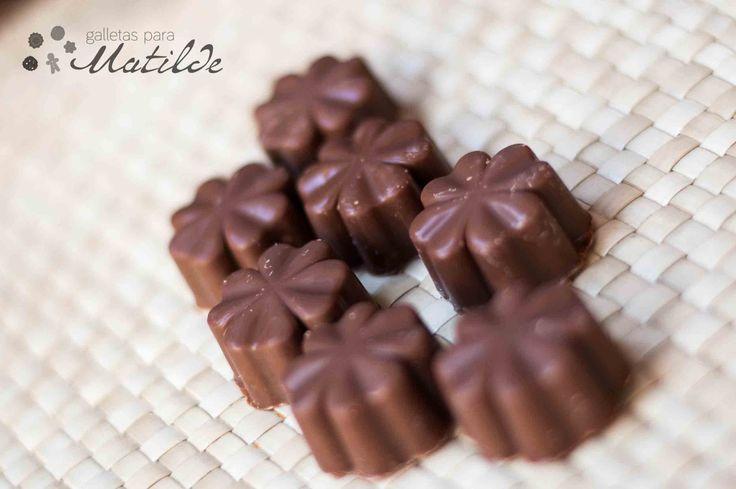 Bombones de chocolate con leche rellenos de praliné