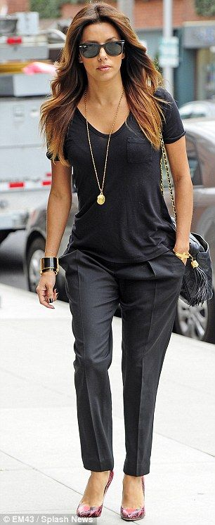 Fall #streetstyle | Eva Longoria in all black outfit with pink  snakeskin pumps