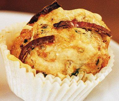 Ett härligt recept på stiliga ostmuffins med rökt skinka, dijonsenap och örter som passar utmärkt att servera på buffé eller som tillbehör till måltider. Du gör matmuffinsarna av bland annat ägg, yoghurt, mjöl, rödlök, skinka och ost.