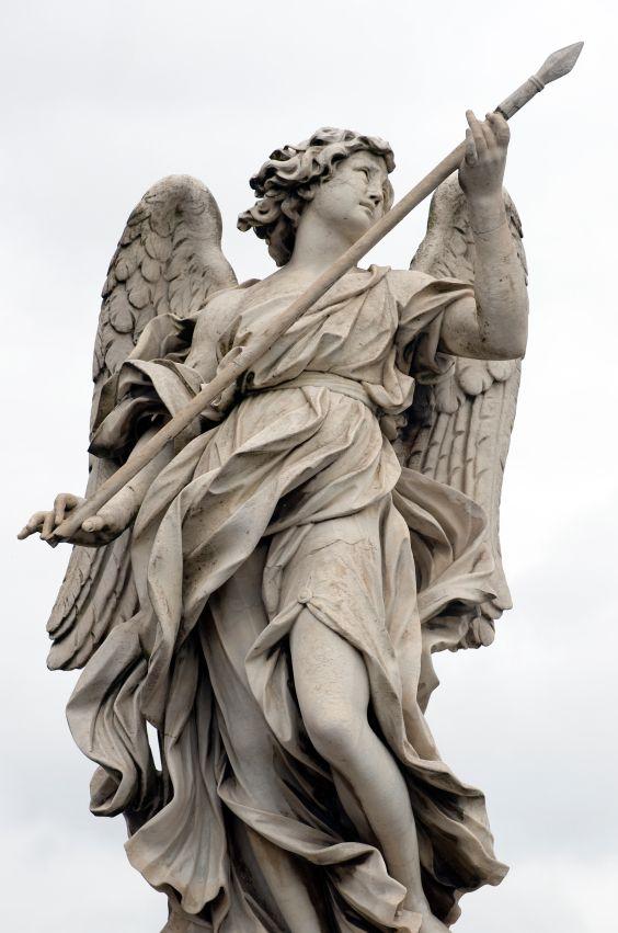 Estatua de mármol de Bernini de Ángel con la lanza de la Sant' Angelo puente en Roma, Italia.