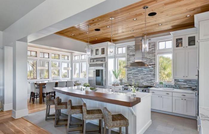 cuisine blanche et bois, plqfond de bois et ilot central, carrelage original