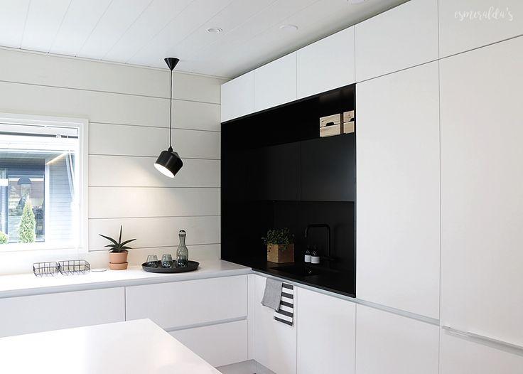 Asuntomessut 2016 / kohde 18 Honka Markki vlkoinen keittiö mustalla syvennyksellä