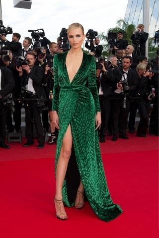 Natasha Poly vestida con un traje de terciopelo verde esmeralda de Gucci, Cannes 2012