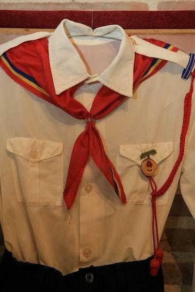 am cravata mea sunt pionier, și mă mândresc cu ea, sunt pionier, flutură în vânt, zălog de legământ, întâiul meu cuvânt de pionier.