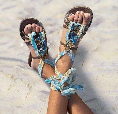 Пляжная обувь достаточно разнообразна и всегда можно выбрать по своему вкусу. Основные виды: шлепанцы, сланцы, коралловые тапочки и вьетнамки.