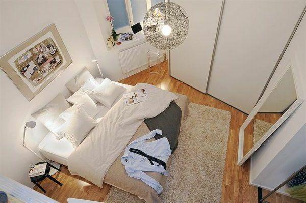Schlafzimmer-gestalten-im-skandinavischen-Stil-Blick-von-oben-großes-Bett-und-Spiegel - Schlafzimmer gestalten – 30 moderne Ideen im skandinavischen Stil