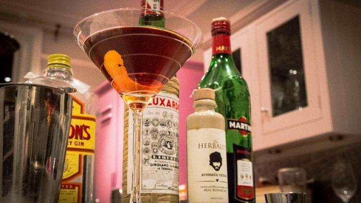 Martinez cocktail: la ricetta originale del cocktail a base di gin, vermut rosso http://winedharma.com/it/dharmag/marzo-2015/cocktail-martinez-ricetta-ingredienti-e-storia-del-padre-del-martini-dry
