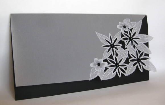 Convite em papel vegetal, com desenhos em relevo, perfurados e vazados. Detalhes em cristais. Pode ser adicionado laço. Dimensões, cor  e tags a definir com o cliente. Tags e impressão inclusas. Pedido mínimo: 20 unidades.