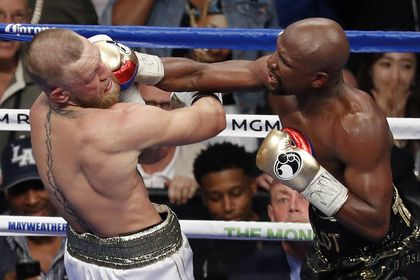 Подсчитаны доходы от трансляции боя между Мэйуэзером и Макгрегором       Трансляция боя между американским боксером Флойдом Мэйуэзером и ирландским бойцом смешанного стиля (ММА) Конором Макгрегором принесла организаторам более 600 миллионов долларов. Этот поединок стал вторым по сборам в истории. На территории США удалось продать 4,3 миллиона трансляций по системе pay-per-view.