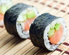 Sushis de poissons et de légumes