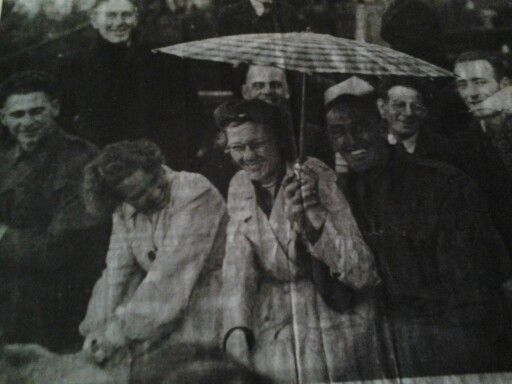 Dit is mijn moeder met naast haar volgens mij een Canadese militair. De foto is genomen vlak na de bevrijding van Eindhoven door een fotograaf van het Eindhovens Dagblad. De foto heeft nog een lange tijd in de vitrine van het ED gehangen en in de krant gestaan. Dit is trouwens de foto uit het Eindhovens Dagblad Weet iemand misschien of het origineel nog ergens te vinden is. De meisjesnaam van mijn moeder is Zus Kalb. Zij is in juli 2008 op 90 jarige leeftijd overleden. Vriendelijke groet…