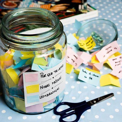 Domingo já é Dia dos Namorados. Você já sabe o que vai dar de presente? Preparamos uma sugestão que o seu amor vai adorar: um pote cheio de recadinhos e lembranças. A ideia é encher o vidro com pequenos bilhetes, você pode dividi-los por cores, cada uma com um tema. Deixe a criatividade e a emoção fluírem.