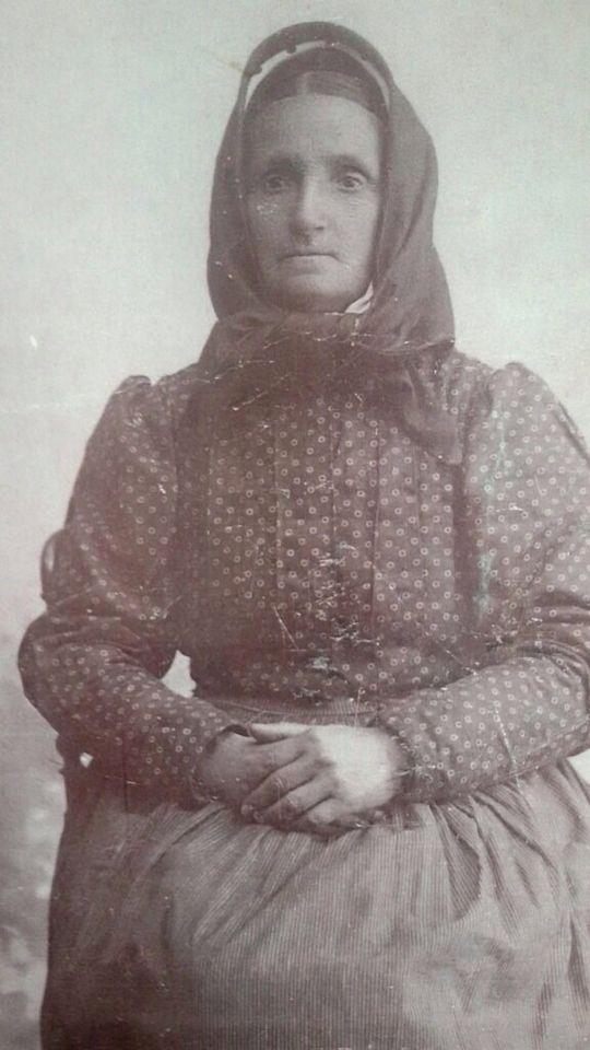 Donna in abito tradizionale di Quartu Sant' Elena .