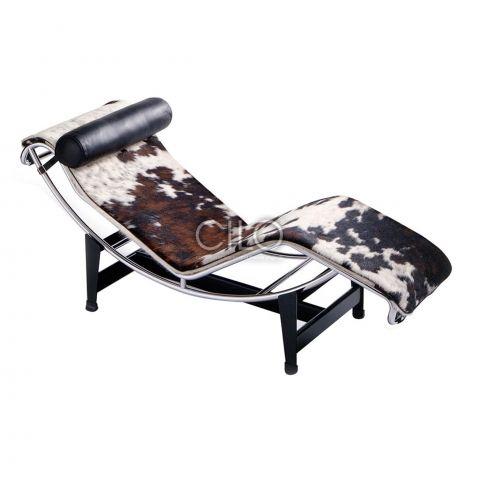 Relaxfauteuil LC4 Cassina  De Cassina LC4 is waarschijnlijk één van de bekendste ontwerpen van ontwerper Le Corbusier. De LC4 chaise longue heeft een opvallend design die de contouren van het lichaam volgt. Het metalen frame geeft de LC4 haar moderne en ranke uiterlijk, terwijl de lederen bekleding de relaxstoel een stoer randje geeft. De LC4 chaise longue is verkrijgbaar in paardenhuid en zwart leder of zelfdragende ecru bekleding.