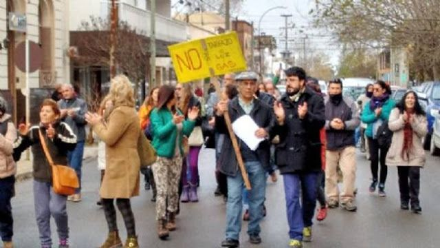 NECOCHENSES PROTESTARON FRENTE A CAMUZZI Y MARCHARON HACIA LA MUNICIPALIDAD   Protesta frente a Camuzzi y marcha a la muniVecinos se manifestaron esta mañana frente a las oficinas de Camuzzi Gas Pampeana. El reclamo podría intensificarse a medida que vayan llegando las primeras facturas domiciliarias con los aumentos. Un centenar de vecinos de a pie y en vehículos se manifestaron este miércoles 1-06 frente a las oficinas de Camuzzi Gas Pampeana en calle 62 y marcharon a la Municipalidad…