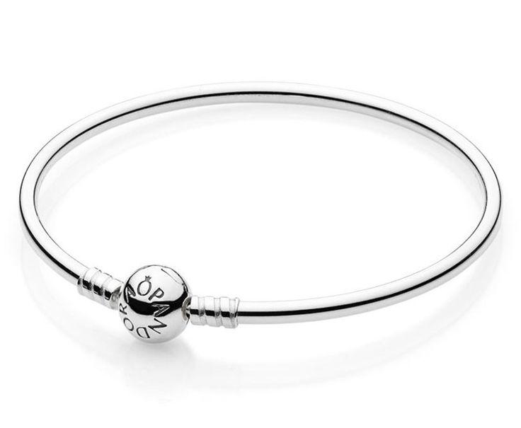 Pandora armband bangle zilver Moments 21 cm 590713-21. Zilveren Pandora bangle met bolsluiting. Deze bedelarmband is stijlvol en adembenemend! Hij is gemaakt van zilver en heeft een sluiting met daarop Pandora gegraveerd. Dit is de perfecte manier om jouw favoriete bedels te laten zien.
