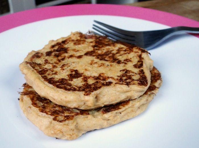 Pancakes végétaliens à la farine de lin : Pour 2 pancakes : ▪ 60 ml de lait d'amande non sucré ▪ 1 cuillère à café d'extrait de vanille ▪ 2 cuillères à café de farine de graines de lin (environ seulement 6 g) ▪ 1 cuillère à soupe de beurre de cacahuètes ou de purée d'amandes