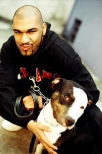 Pregador luo com seu cachorro.