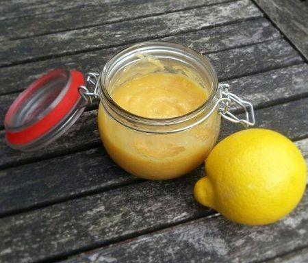 Lemon curd is van oorsprong een Britse custard (soort vla). Je kunt het voor allerlei doeleinden gebruiken. Als broodbeleg, over de pudding, in een taart, maar zelfs ook in hartige gerechten wordt ...