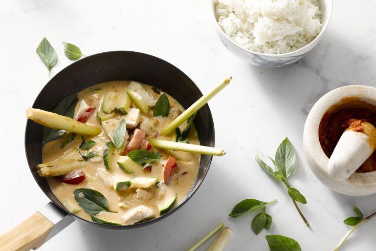 Rode curry met kip en holy basil is een klassiek Thais gerecht. Een beetje pikant, lekker romig met de kokosmelk en aromatisch met de heilige basilicu...